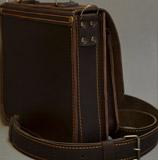 узкий кожаный коричневый портфель