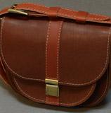 женская сумочка из яркой кожи