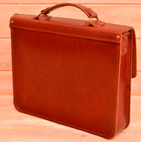 Красивый позитивный кожаный портфель