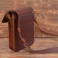 Стильная небольшая сумка-планшетка коньячного цвета