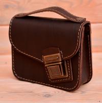 Небольшая коричневая кожаная сумочка