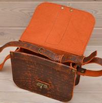 Небольшая яркая женская сумочка