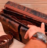 Компактный портфель из состаренной коньячной кожи