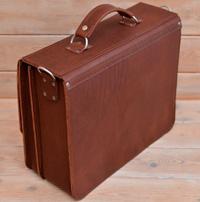 Крупный лаконичный портфель коньячного цвета