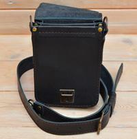 Небольшая черная кожаная сумка