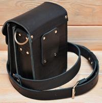 Небольшая сумка из толстой черной кожи